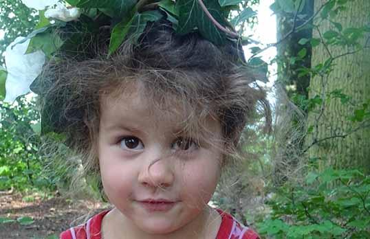 Aylin mit Blätterkranz
