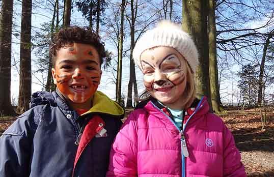Geschminkte kinder im Wald