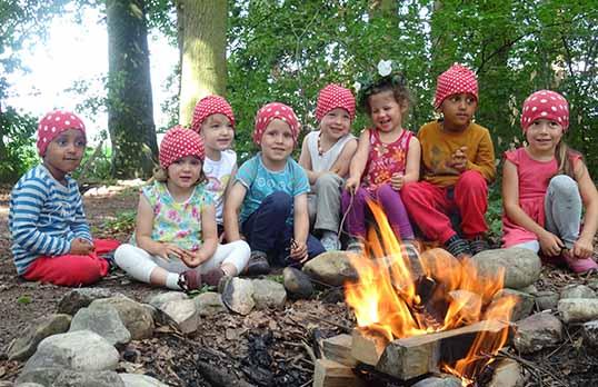 Zwergenkinder beim Feuer