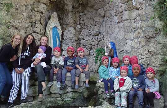 Zwergenkinder vor Burg