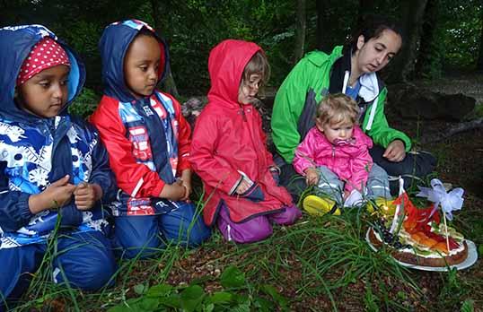Kinder in Wald