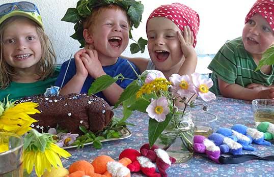 Kinder lachen an Tisch